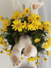 Ghirlanda di Pasqua con coniglio nel cespuglio..