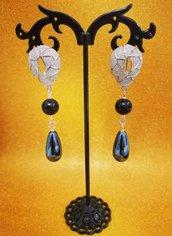 Orecchini pendenti perno clip goccia grigia ceramica e perla nera