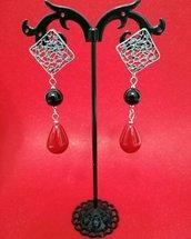 Orecchini perno forato zama, perla nera e goccia rossa