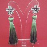 Orecchini perno a fiore e nappina verde