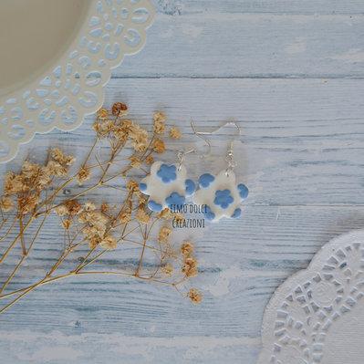 Orecchini pendenti a fiore bianco e blu in fimo