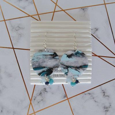 Orecchini pendenti a cerchio in fimo effetto marmo e cristalli azzurro e bianco