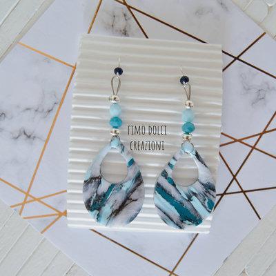 Orecchini pendenti a goccia effetto marmo in fimo e cristalli blu, turchese e azzurro
