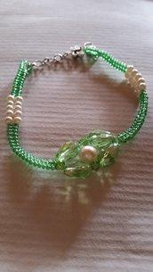 Braccialetto con perline verdi e fiore centrale con ovali verdi e perla