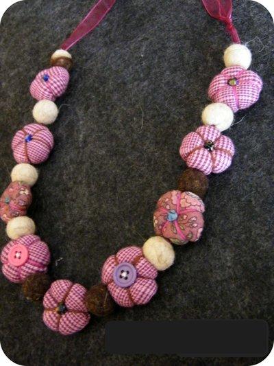 Collana in stoffa e perle di lana cardata