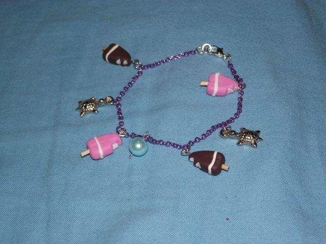 Bracciale viola con piccoli cremini e fior di fragola