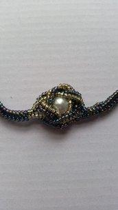 Collana girocollo blu con nodo centrale e perla