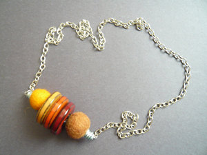 Collana bottoni e lana cotta
