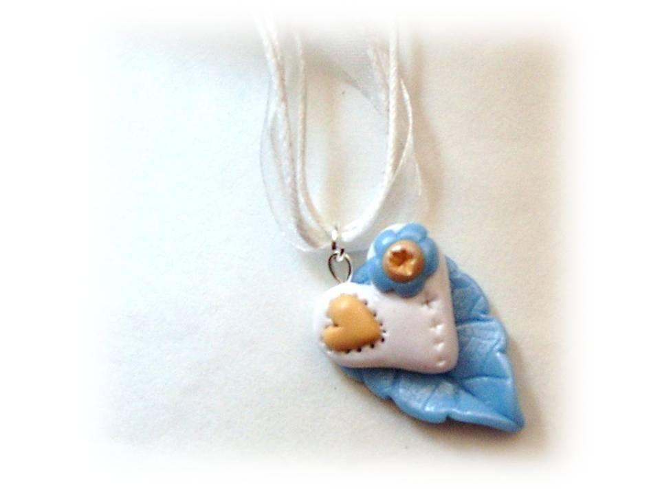 Collana cuore su foglia azzurra-fimo