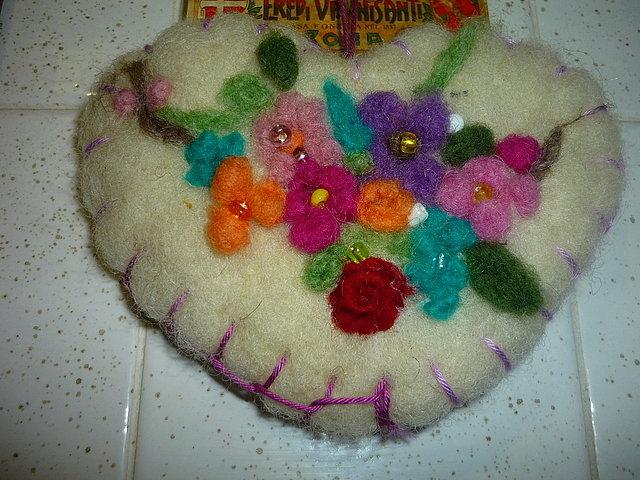 Cuore con fiorellini in lana cardata