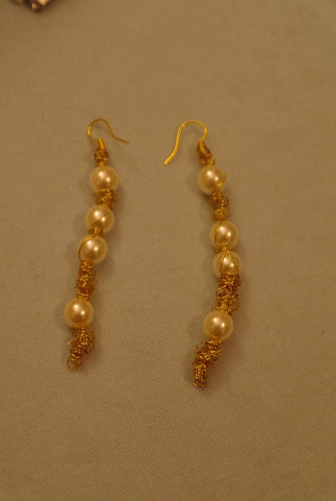 orecchini perle e filo color oro