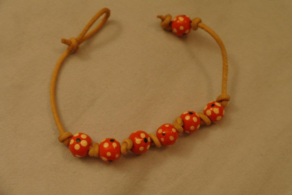 braccialetto di corda di similpelle e perle di legno