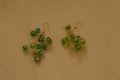 orecchini color argento con perle verdi cangianti