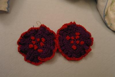 orecchini di cotone fatti a uncinetto