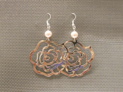 Orecchini perla con rosa di metallo