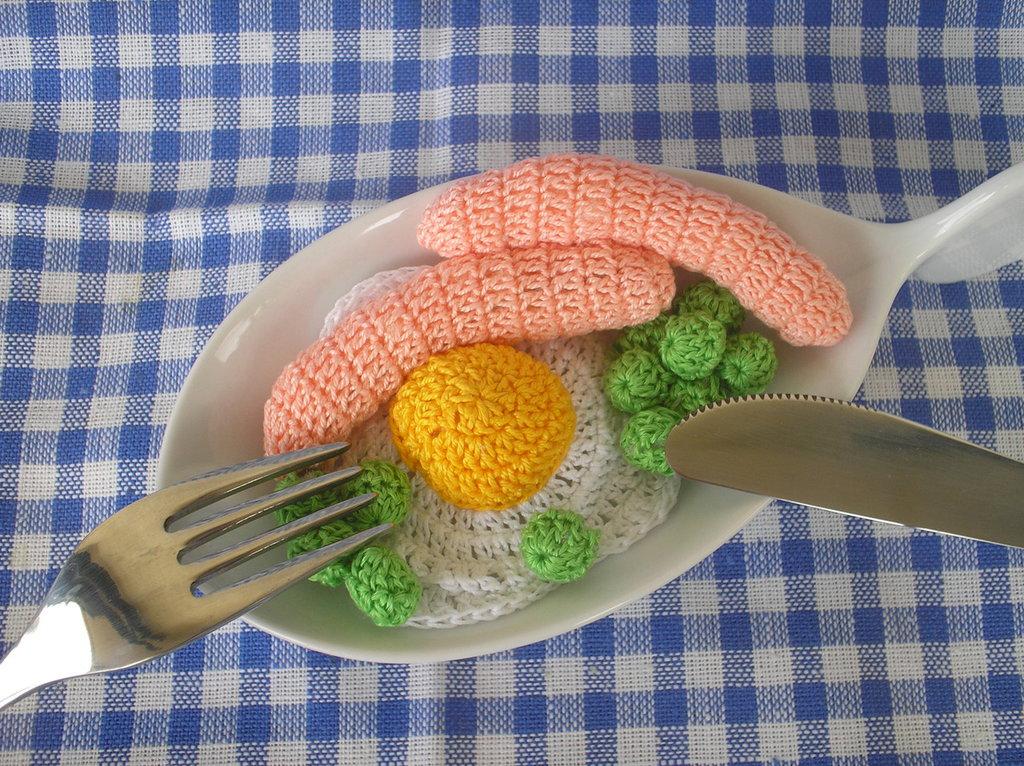 Uovo al tegamino con contorno ad uncinetto