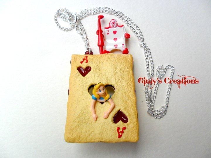 Collana con alice in una dolce carta di cuori