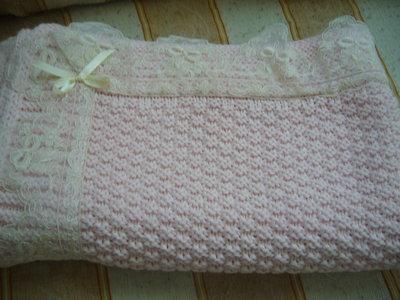 copertina rosa lavorata a mano per culla