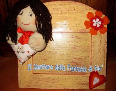 Cornice con bambola stoffa e cuore
