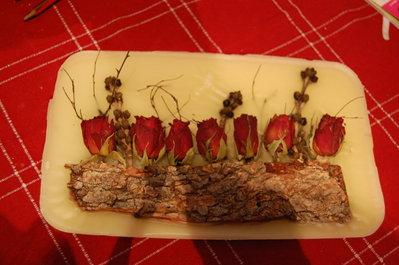quadro cera con rose secche e corteccia
