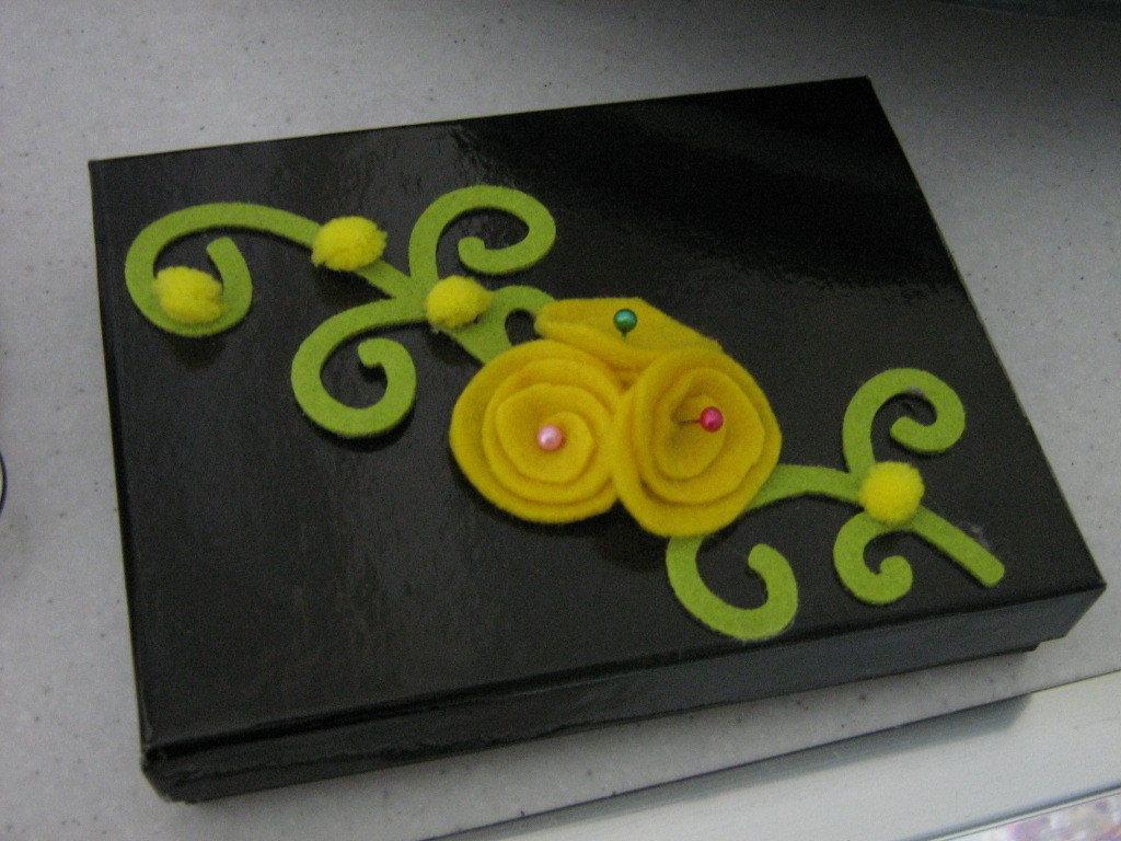 scatola con fiori gialli