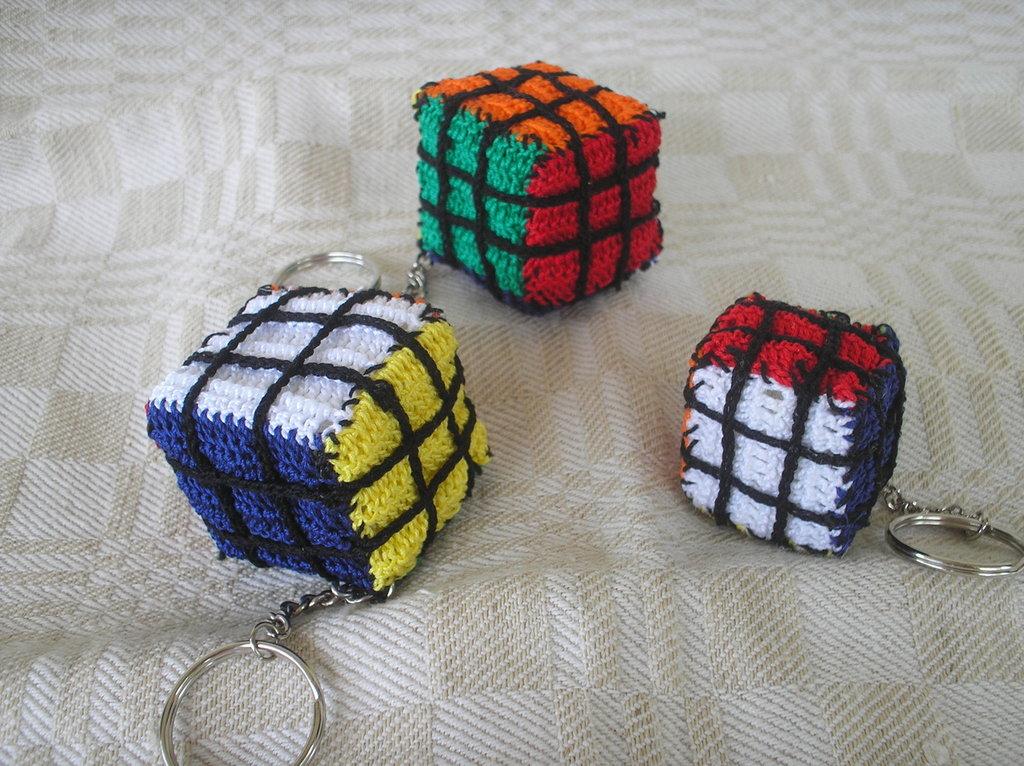 Portachiavi cubo all'uncinetto