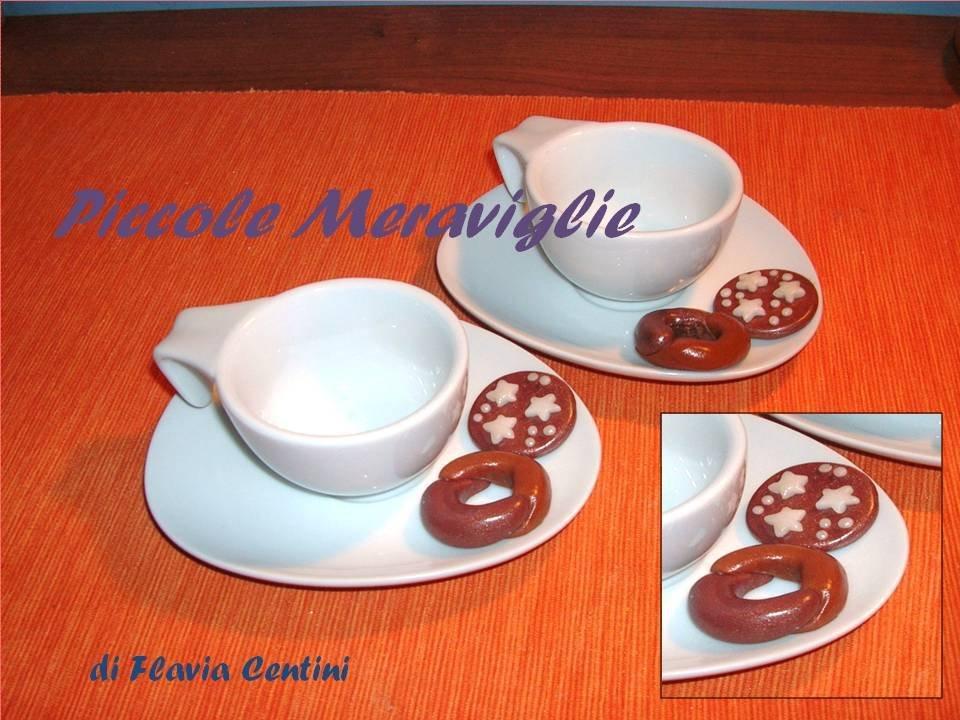 Coppia di tazzine con piattino decorato