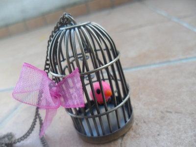 collana gabbietta con canarino rosa
