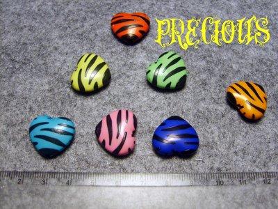 8 perloni in plastica a forma di cuore tigrate