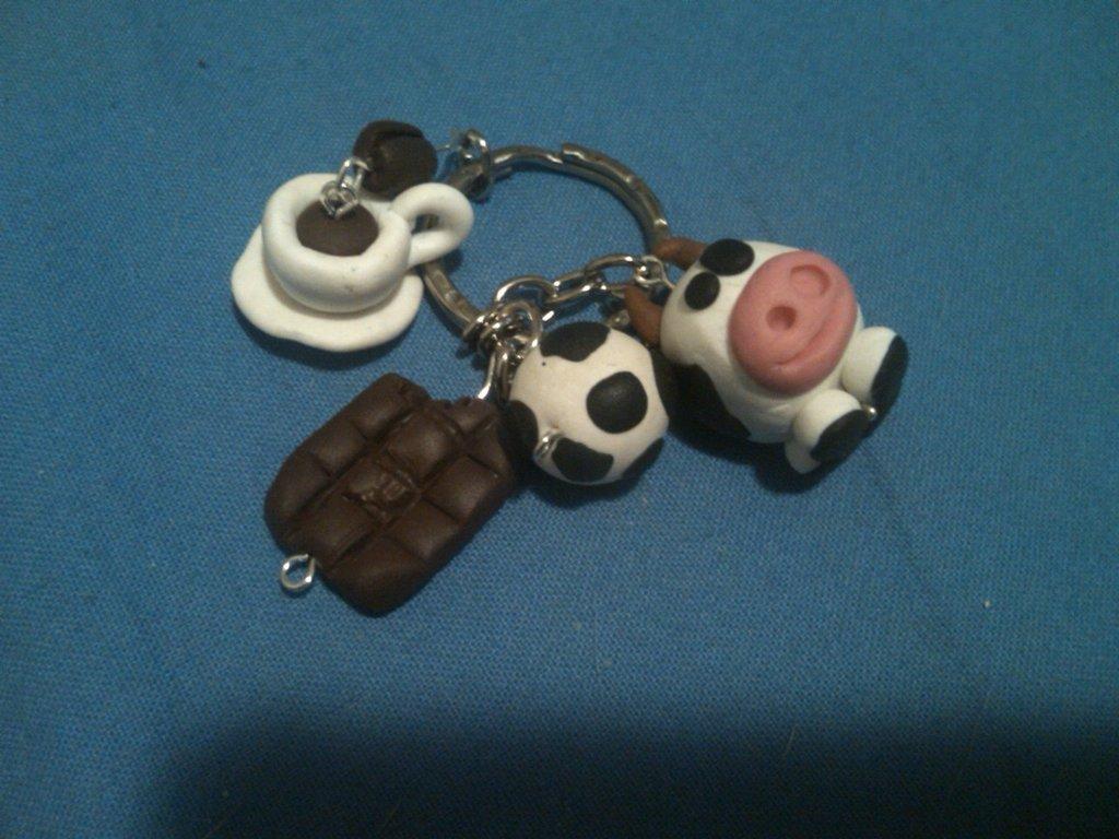 Portachiavi con tazzina da caffè, barretta di cioccolata, pallone da calcio e mucchina... =)