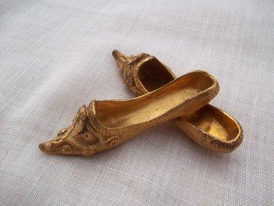 Coppia vecchie scarpine in bronzo dorato