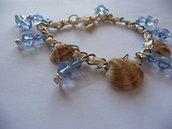 Bracciale in cristalli azzurri e conchiglie