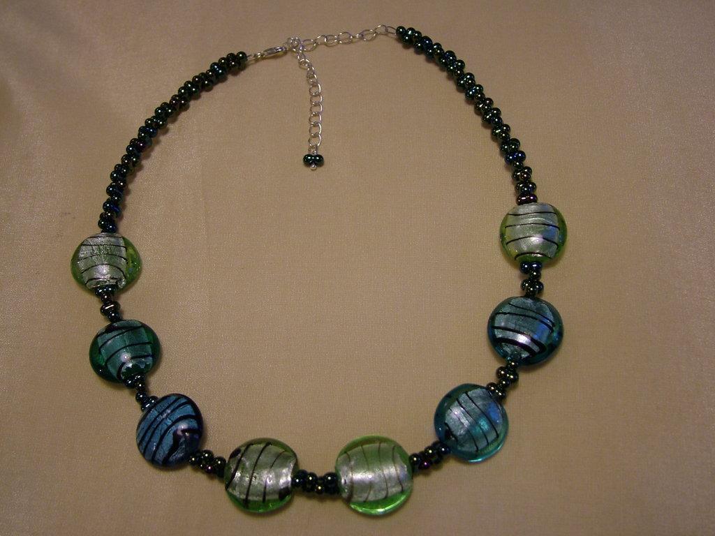 Collana con perle farfalla verde iridescente e perle in vetro