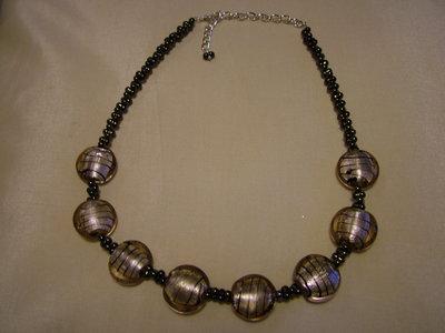Collana con perle farfalla e perle in vetro color bronzo