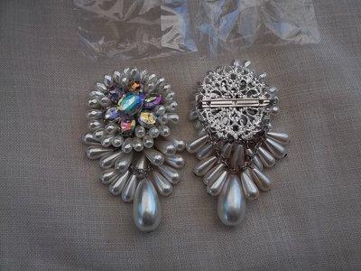 Coppia di spille con perle