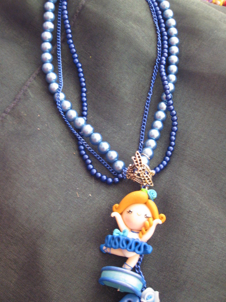 collana ballerina sul blu