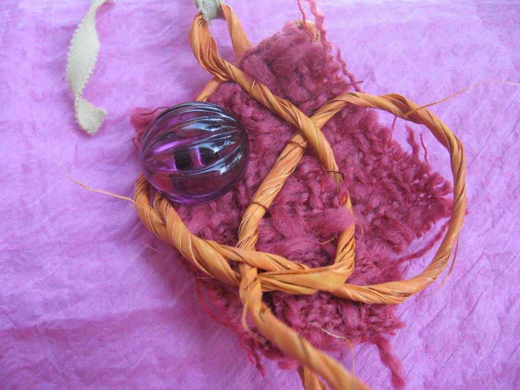 Ciondolo di tessuto con perla