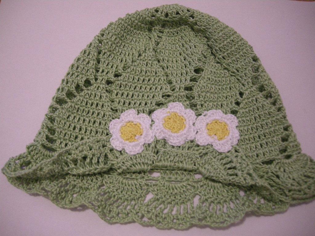 Cappellino per bambina all'uncinetto