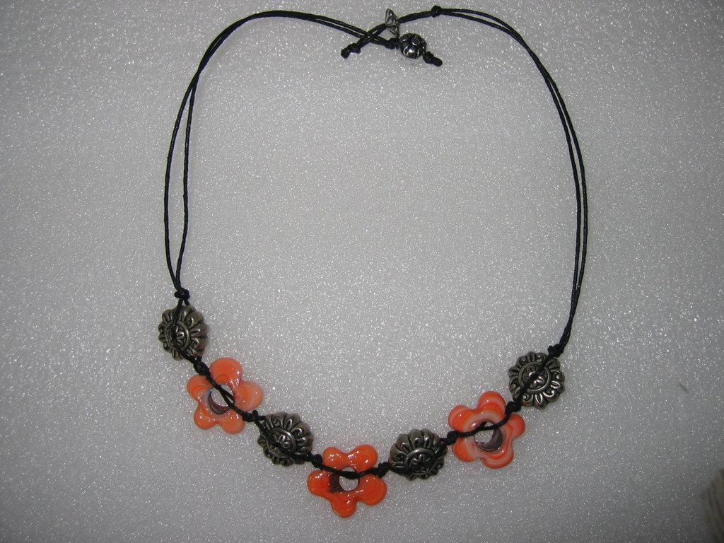 Collana con pietre a forma di fiori