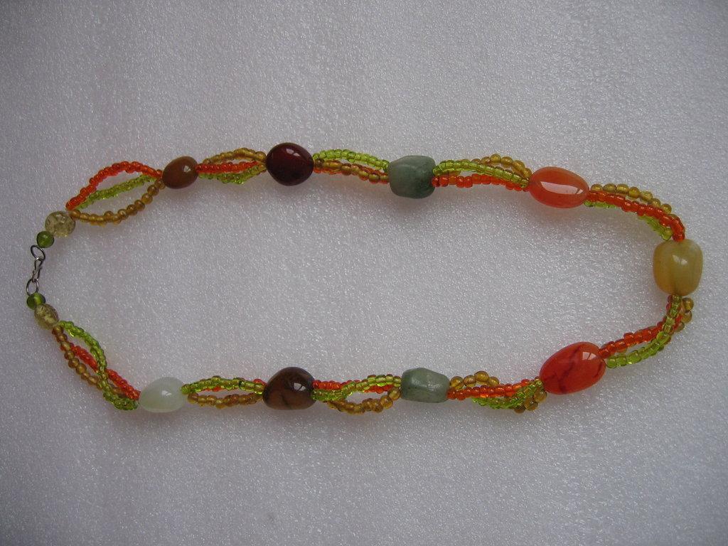 Collana con piccoli corallini di diversi colori