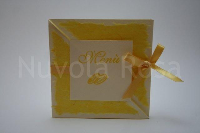 Menu matrimonio giallo con fedi tri-fold