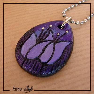 """""""IMPRONTE, tulipani"""" - Collana con ciondolo in fimo viola inciso e dipinto a mano"""