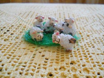 Pecorelle con erba in Rafia