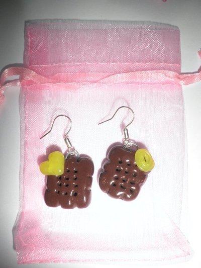 Orecchini in FIMO: Biscotti con decorazioni in giallo ~