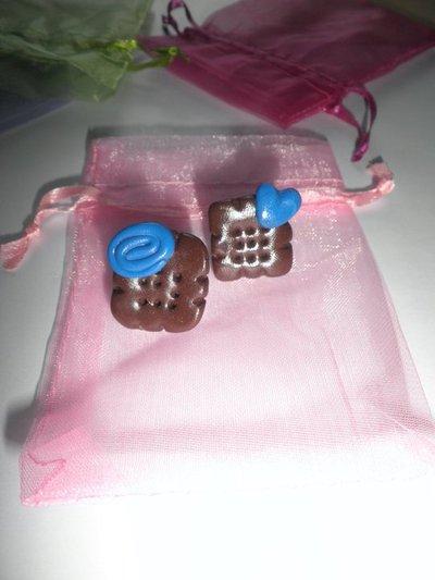 Orecchini in FIMO: Biscotti con decorazioni in blu ~