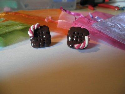 Orecchini in FIMO: Biscotti con decorazioni caramellose ~