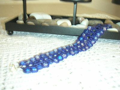 bracciale ricamato con perline e mezzi cristalli