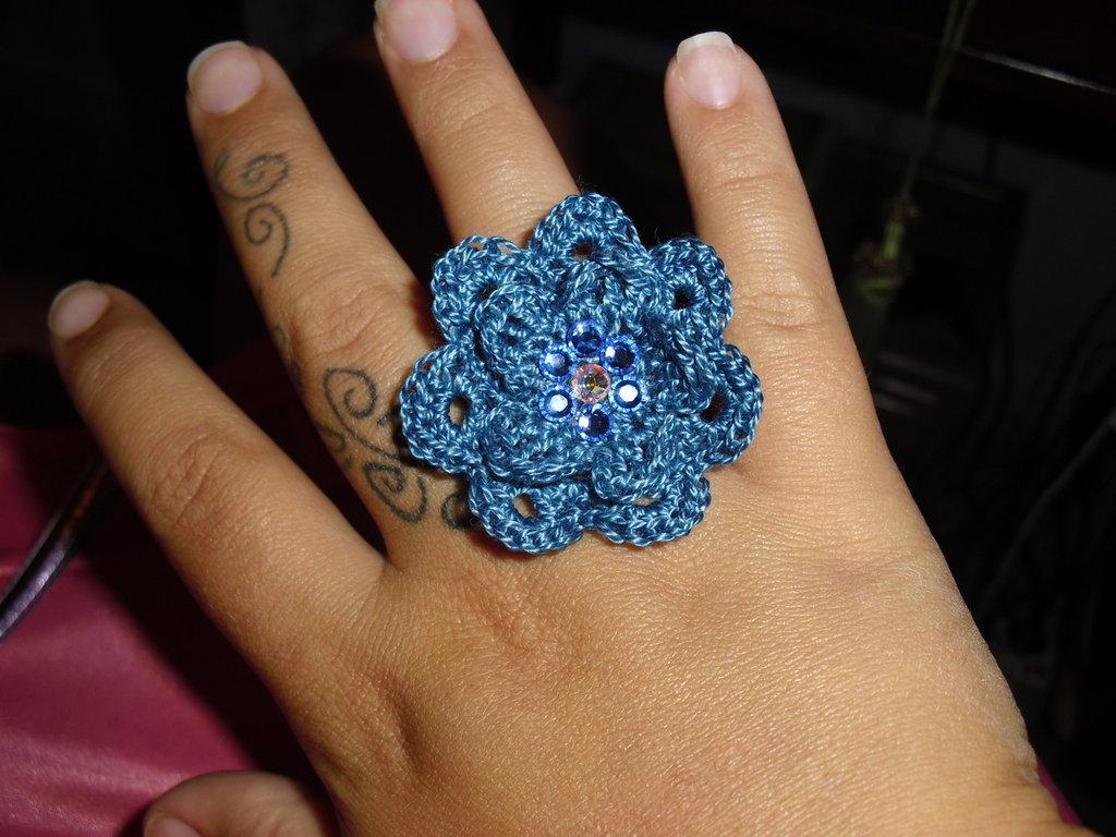 Anello uncinetto fiore blu