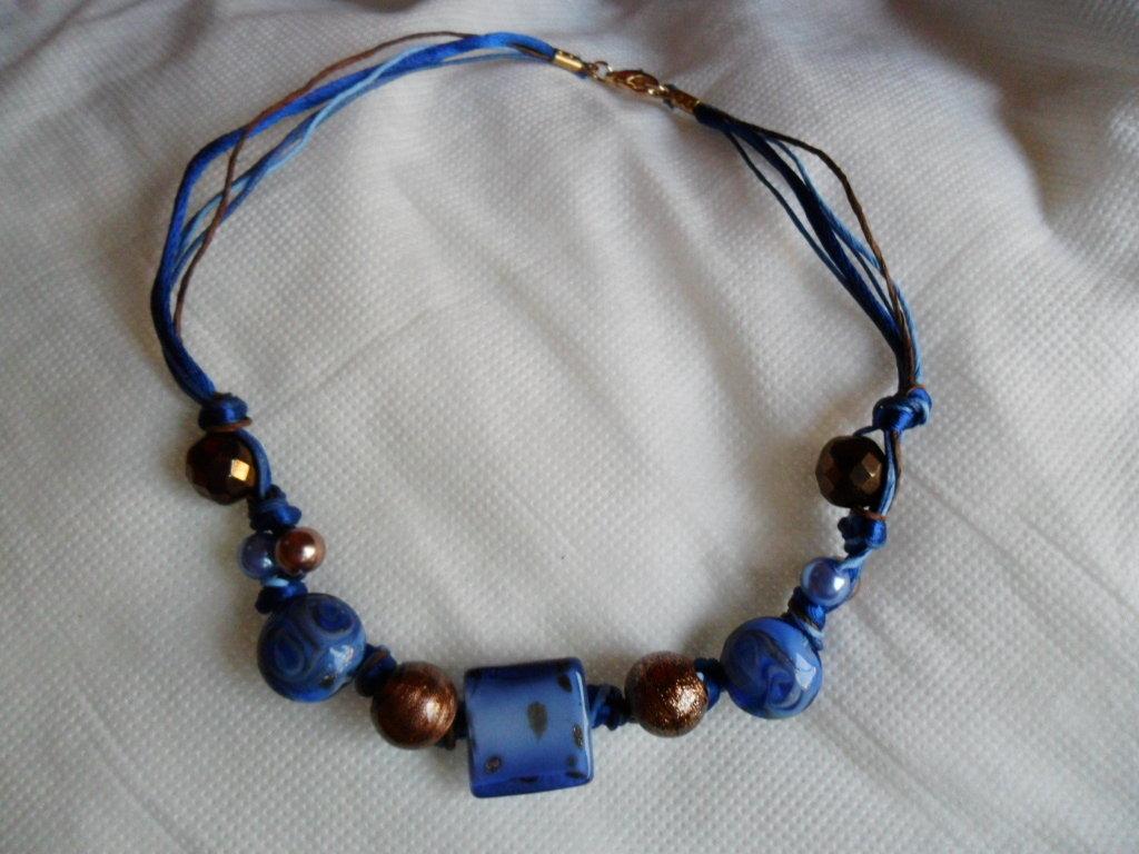 Collana blu con foglie dorate