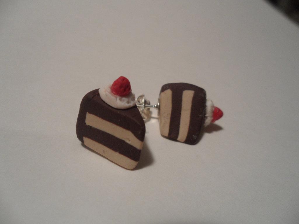 Coppia di orecchini a perno con fettine di torta
